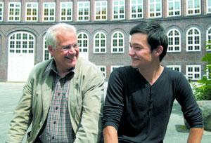 Schulleiter Bernd Tißler und Abiturient Rishat Vakhidov